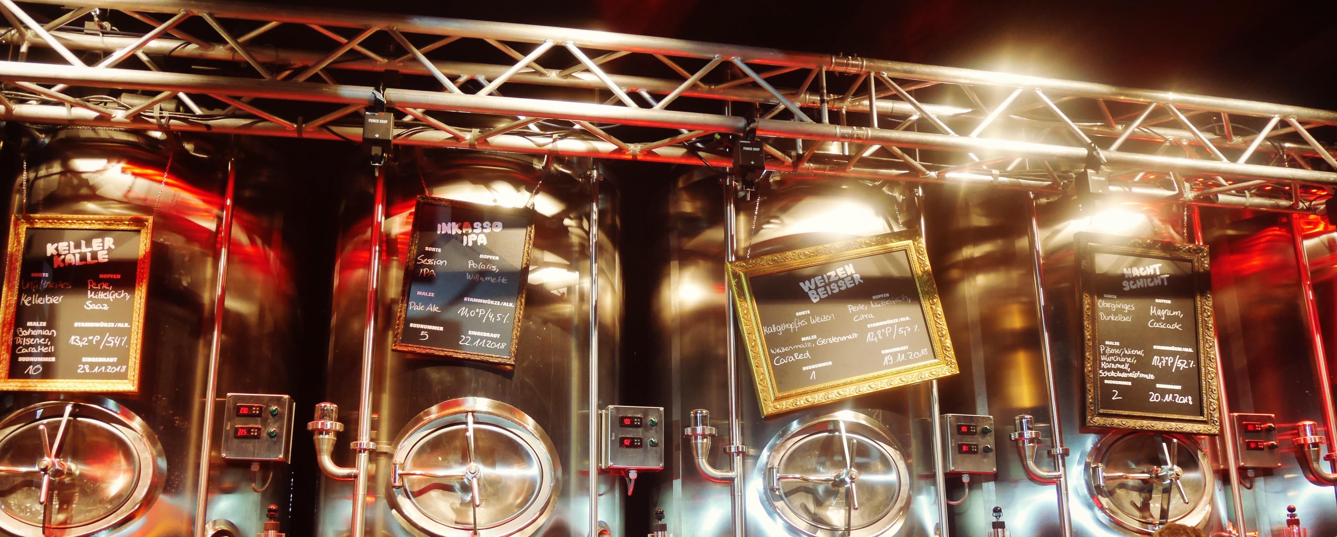 Astra-Brauerei-Tanks hinter der Theke