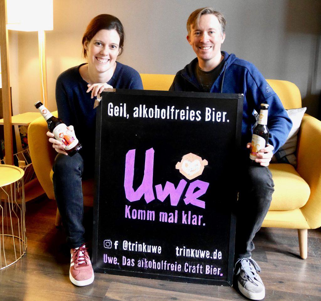 Laia Gonzales und Sönke Schmidt von UWE. Das alkoholfreie Craft Bier aus Hamburg. Es fehlt Philip Wienberg, der Dritte im Bunde der Bierlabel-Gründer. Auf HHopcast, dem Bierpodcast aus Hamburg, berichten die beiden über ihr Bierlabel.
