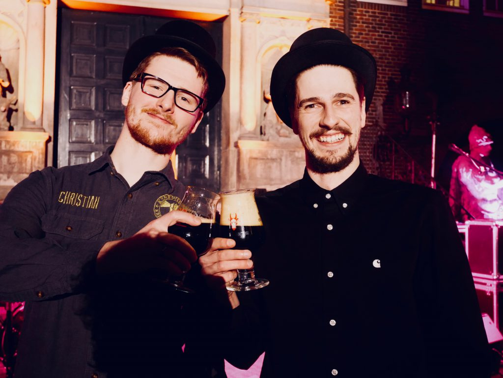 Christian Müller von der Kreativbrauerei Kehrwieder und Sascha Bruns von der Landgang Brauerei beim Senatsbockanstich 2019