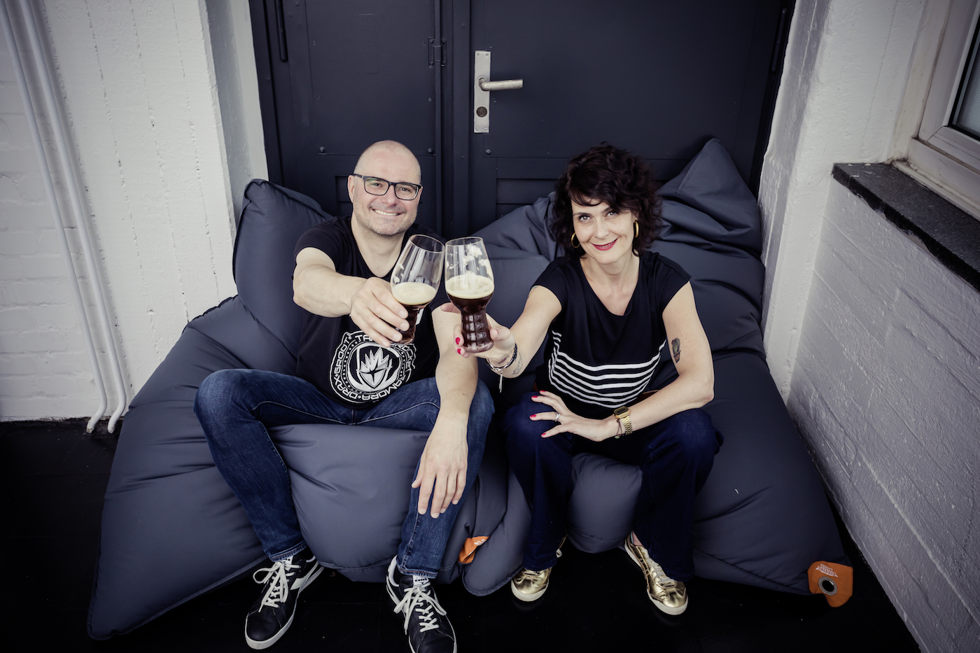 Regine und Stefan von HHOpcast, dem Bierpodcast aus Hamburg, stoßen auf die Kooperation mit OTTO NOW an.