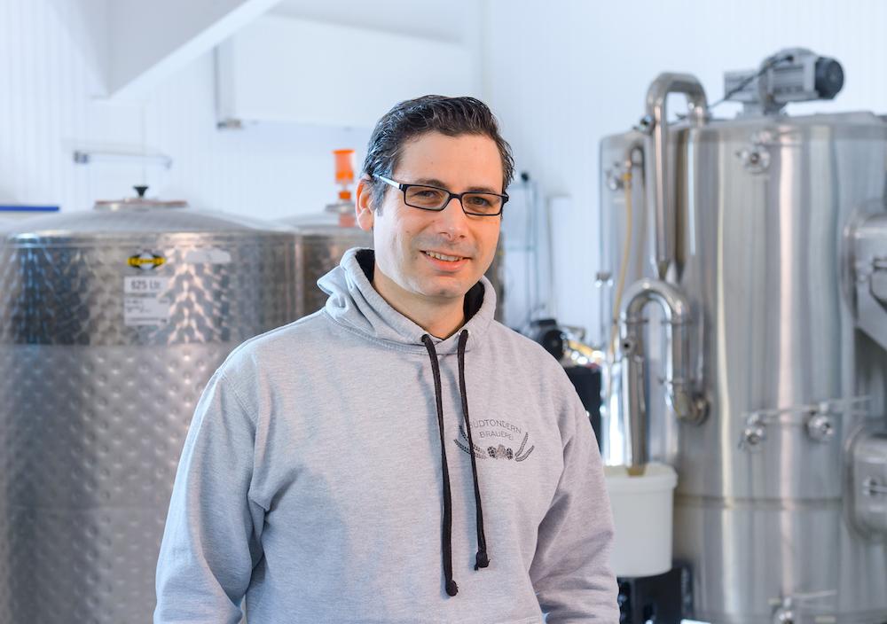Maik Neumann von der Südtondern Brauerei in Niebüll im Local Heroes Podcast von HHopcast